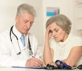 Elderly woman came to the doctor — Stock Photo