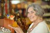 土産物店で年配の女性 — ストック写真