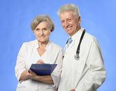 Due medici su blu — Foto Stock