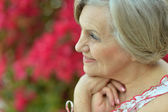 Older woman with flowers — Stockfoto