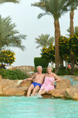 Senior couple at pool — Stockfoto