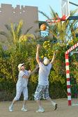 Senior couple playing basketball — Stock Photo