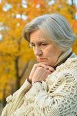 Starší žena na přírodu — Stock fotografie