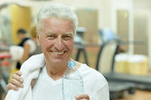 Elderly man in a gym — Stock Photo