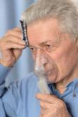 Старший мужчина, делать ингаляции — Стоковое фото