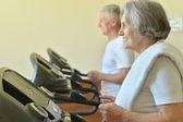 Couple de personnes âgées dans une salle de sport — Photo