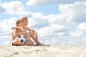Mutlu çocuklar açık havada oturma — Stok fotoğraf