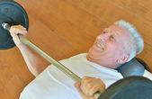 Hombre de edad avanzada en un gimnasio — Foto de Stock