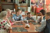 Famille à table à café — Photo