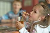 Trevlig liten tjej dricka saft — Stockfoto