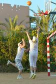 Senior couple playing basketball — Stockfoto