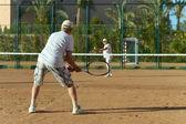 äldre par spela tennis — Stockfoto