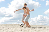 Zwei jungs spielen fußball — Stockfoto