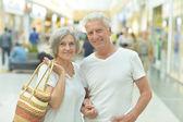 Elderly couple in shopping mall — Zdjęcie stockowe