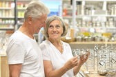 Senior couple shopping — Stock Photo