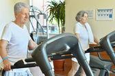 Couple dans la salle de gym — Photo