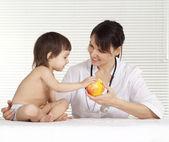 Doctor hermosa con la niña — Foto de Stock