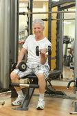 Elderly man in a gym. — Stock Photo