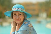 Senior woman at resort vacation — ストック写真
