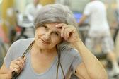 старший женщина упражнения в тренажерном зале — Стоковое фото