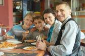 Cute family eating pizza — Stock fotografie