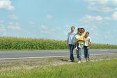 Family near road — Stock fotografie