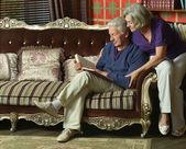 Pensionerat par läsa bok退休的夫妇看书 — Stockfoto