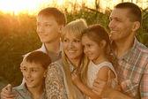 Rodina v kukuřičném poli — Stock fotografie