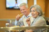Ouder paar eten frietjes — Stockfoto