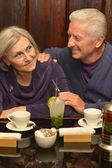 Gepensioneerde paar in café — Stockfoto