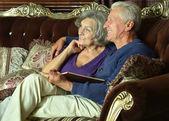 Bejaarde echtpaar op sofa — Stockfoto