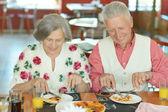 Elder couple eating pizza — Stock Photo