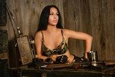 Vacker sexig kvinna med armén pistol — Stockfoto