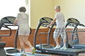Snior couple exercising in gym — Stock Photo