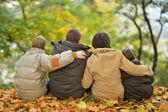 Rodina v podzimním parku — Stock fotografie