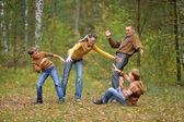 Familia jugando a esconde y buscar — Foto de Stock