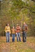Familia feliz en el bosque — Foto de Stock