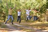 šťastná rodina v lese — Stock fotografie