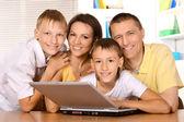 šťastná rodina s notebookem — Stock fotografie