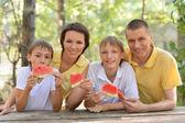 Familia comiendo una sandía — Foto de Stock