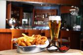 Bira ve kızarmış calamar — Stok fotoğraf