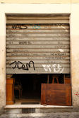 Graffiti deuren in rome — Stockfoto