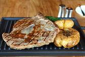 Beefsteak with fried potato — Stockfoto