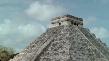 Kukulkan Pyramid at Chichen Itza — Stock Video