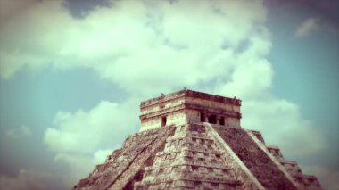 Kukulkan Pyramid at Chichen Itza — Stock Video #23656235