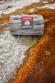 Warning sign telling of geothermal danger in West Thumb Geyser B — Stock Photo