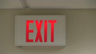 Çıkış işareti bir ofiste — Stok video