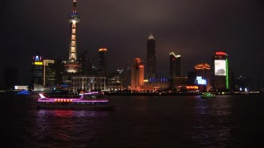 Brightly lit ship passing Shanghai, Pudong — ストックビデオ