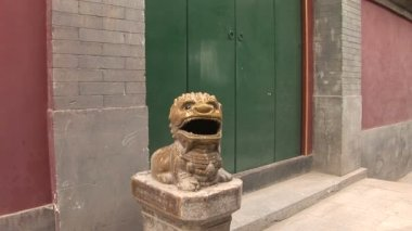 Ceramic Dragon Guarding Door — Stock Video