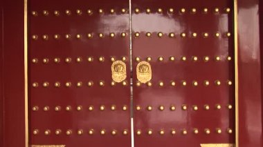 Red Chinese Doors with Gold Lion Handles — Stock Video